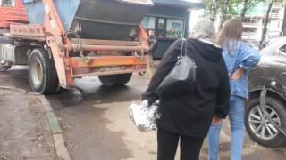 Ельнинская 22 Москва авария ржака дтп Мусоровоз таранит припаркованую машину