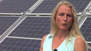 Een mobiele uitklapbare zonnecentrale met 90 panelen