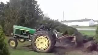 Смотреть онлайн Дерево жестко наказывает тракториста