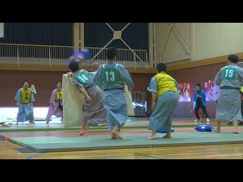 العرب اليوم - شاهد: طلاب يابانيون يتنافسون في بطولة القتال بالوسائد