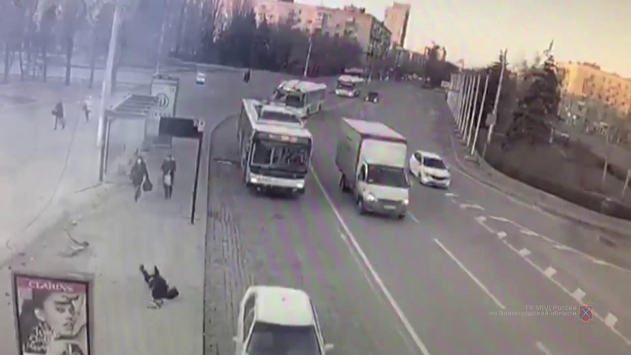 В Волгограде заснувшая за рулем студентка снесла остановку