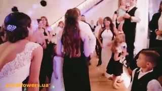 Девушки ловят букет невесты )))