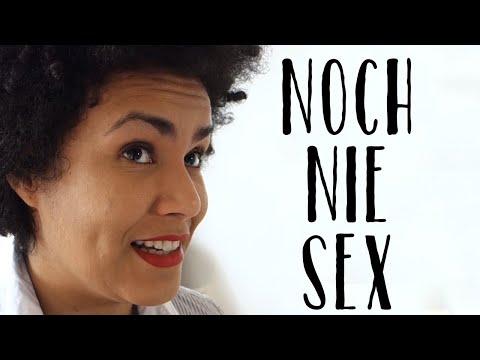 Sexy Frau, die ihre Brüste saugen