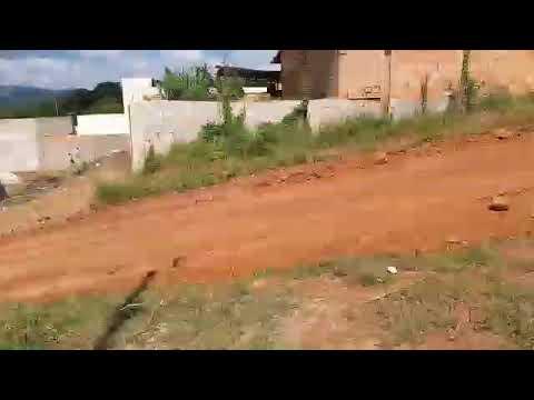 Mateus Leme MG ,Bairro araças, por pouco caminhão bate em muro