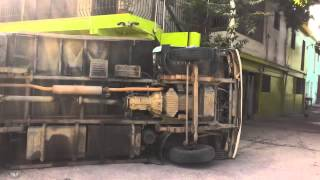 preview picture of video 'Camion de Induveca volteado en la Avenida Duarte, Navarrete'