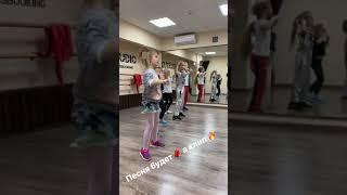 Милана Гогунская репетирует новую песню