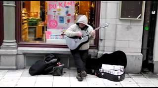 Уличный музыкант с великолепным голосом