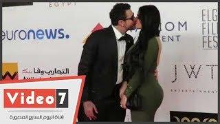 اغاني طرب MP3 قبلة ساخنة وأحضان مثيرة بين أحمد الفيشاوى وزوجته على السجادة الحمراء تحميل MP3