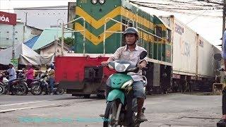 Bien Hoa City: Tàu Hàng Qua Chắn Đường Ray 57 Trung Tâm Thành Phố (Oct 25, 2017)