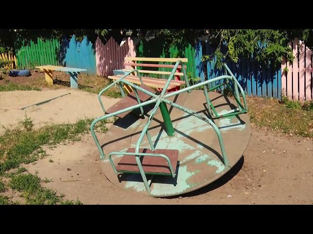 Сломанные качели и разрушенные заборы