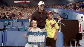 Roger Federer makes young fan