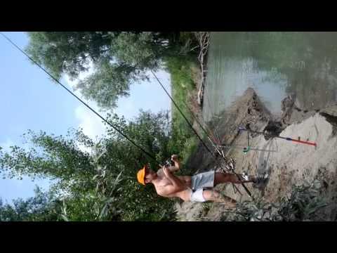 La pesca nella primavera su una filatura di un crucian