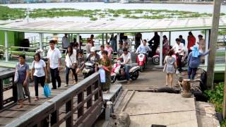 preview picture of video 'ターチン川渡し船 マハーチャイ港到着 Tha Chin River Ferryboat'