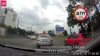 Одноразовое чучело в Киеве на Берестейке: не стал ждать 25 секунд светофора и побежал в поток.   Соб