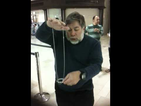 Woz Entertains iPad Line Sitters With Magic Trick