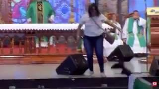 Padre Marcelo Rossi é empurrado por uma mulher durante a missa na Canção Nova