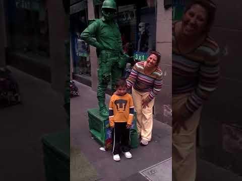 """Оживающий зеленый солдатик из """"Истории игрушек"""" веселит прохожих"""