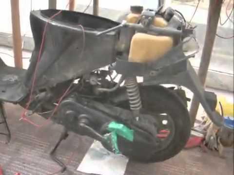 Was wenn auf dem Motorroller Benzin zu machen läuft in wosduchan