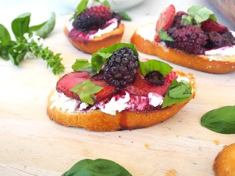 Appetizer Recipe: Roasted Berry Crostini by Everyday Gourmet with Blakely