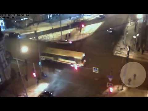 Девушка, переходя дорогу, не заметила автобус