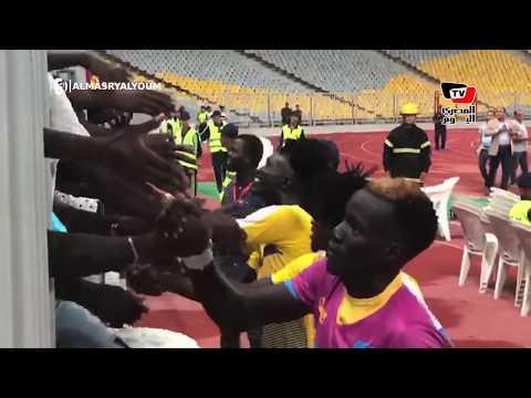 رغم الخسارة .. لاعبو «اطلع بره» يذهبون لتحية جماهيرهم في استاد برج العرب