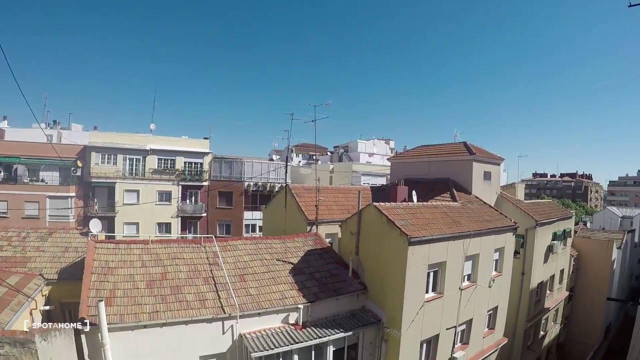 Rooms for rent in 5-bedroom apartment with AC in Guindalera