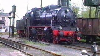 preview picture of video 'Dampflok 38 205 im Bw Altenburg/Thüringen   -  DR 1992  -  Steam Train'
