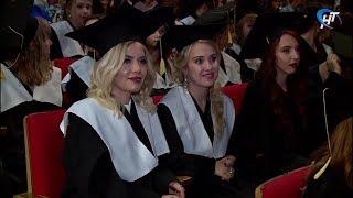 Молодые врачи, стоматологи и фармацевты получили дипломы об окончании мединститута НовГУ