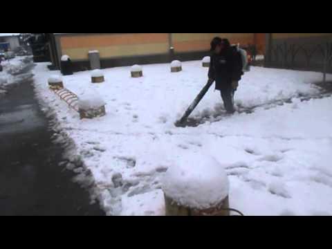 Spalare la neve col soffiatore.