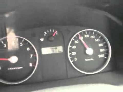 Das Benzin im Gehäuse des Motors der Grund