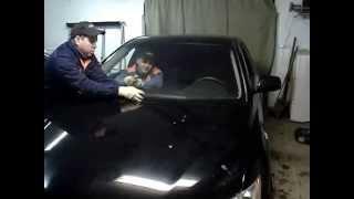 Демонтаж автомобильного стекла в мастерской