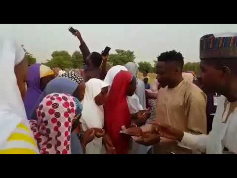 Ahmad Musa Yana Raba Kudi Ga mabukata