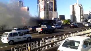 preview picture of video 'Bus on fire in Buenos Aires City - Micro en llamas en Buenos Aires'