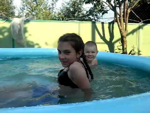 Я купаюсь в басейне