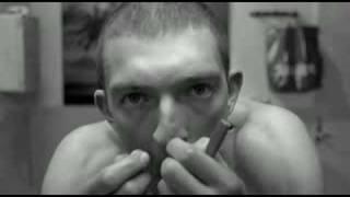 "O Vincent Cassel κάνει ένα ριμέικ του Σταυρίδη στην ταινία ""το Μίσος"" (La Haine). (από Khan, 28/08/09)"