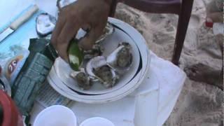comendo ostra na praia de jampa