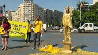 Statuie vivantă, reprezentându-l pe Florin Cîţu, dezvelită în Piaţa Victoriei, în cadrul unui protest Greenpeace