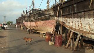 preview picture of video 'The shipyard of Porbander (Gujarat - India)'