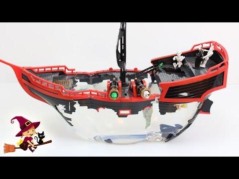 Barco Pirata Acuarium con un Tiburón que Nada