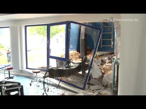 LKW Anhänger kracht in Firmengebäude in Zell am Harmersbach