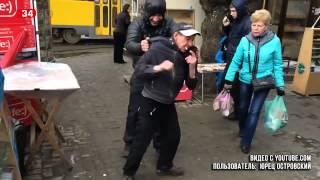 В Днепропетровске на площади Островского торговцы издеваются над бомжами