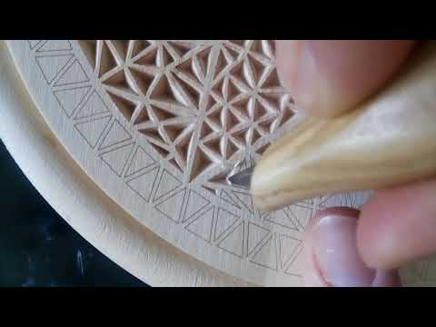 Intaglio geometrico a punta di coltello / Geometric wood carving with knife tip