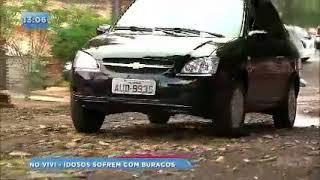 Moradores do Conjunto Vivi Xavier sofrem com rua esburacada