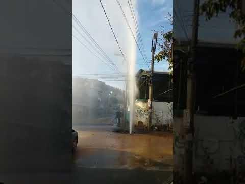 Cano de água estoura no Bom Jardim Ioatinga próximo à praça
