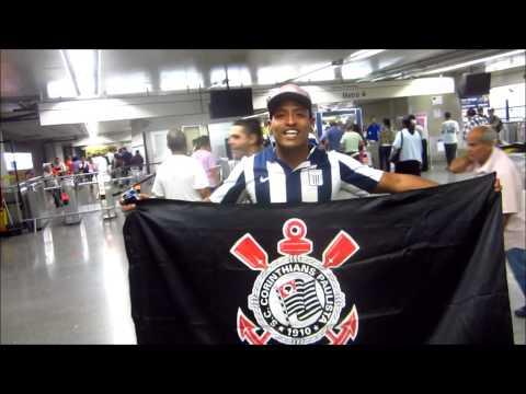 Gringos seguram a bandeira do Timão e gritam 'Vai Corinthians!'