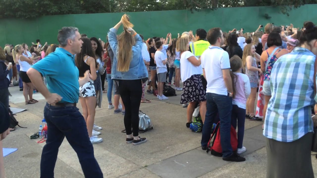 Dad nails classic dance moves at The Vamps gig at Thorpe Park