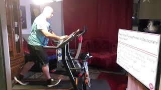 Mein neues Laufband.  Mann Zuhause trenieren ganz gemütlich vor dem Fernseher