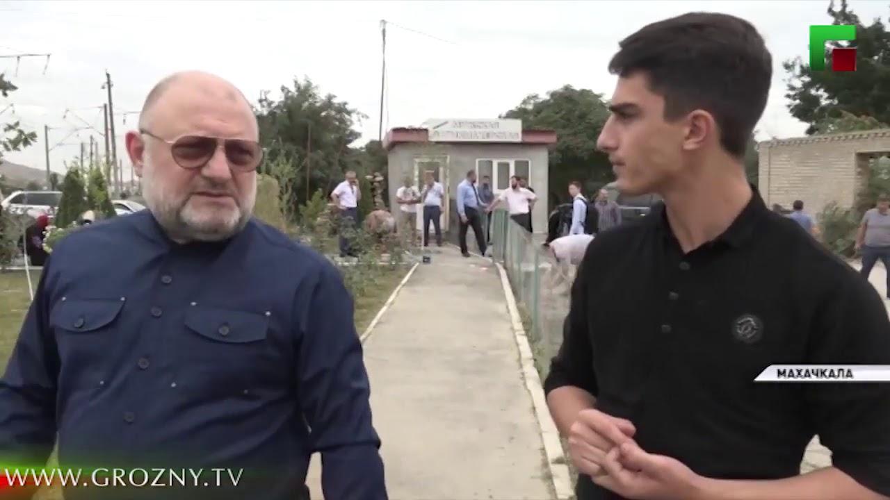 Сотрудники Миннаца Чечни провели субботник в сквере с обелиском Ахмату Хаджи Кадырову в Махачкале