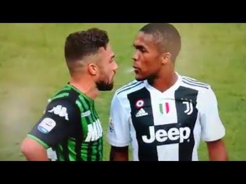 Vidéo: Douglas Costa rattrapé par la VAR après un crachat sur un adversaire