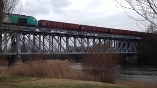 preview picture of video 'Tren varillero cruzando el puente sobre el río Tormes'